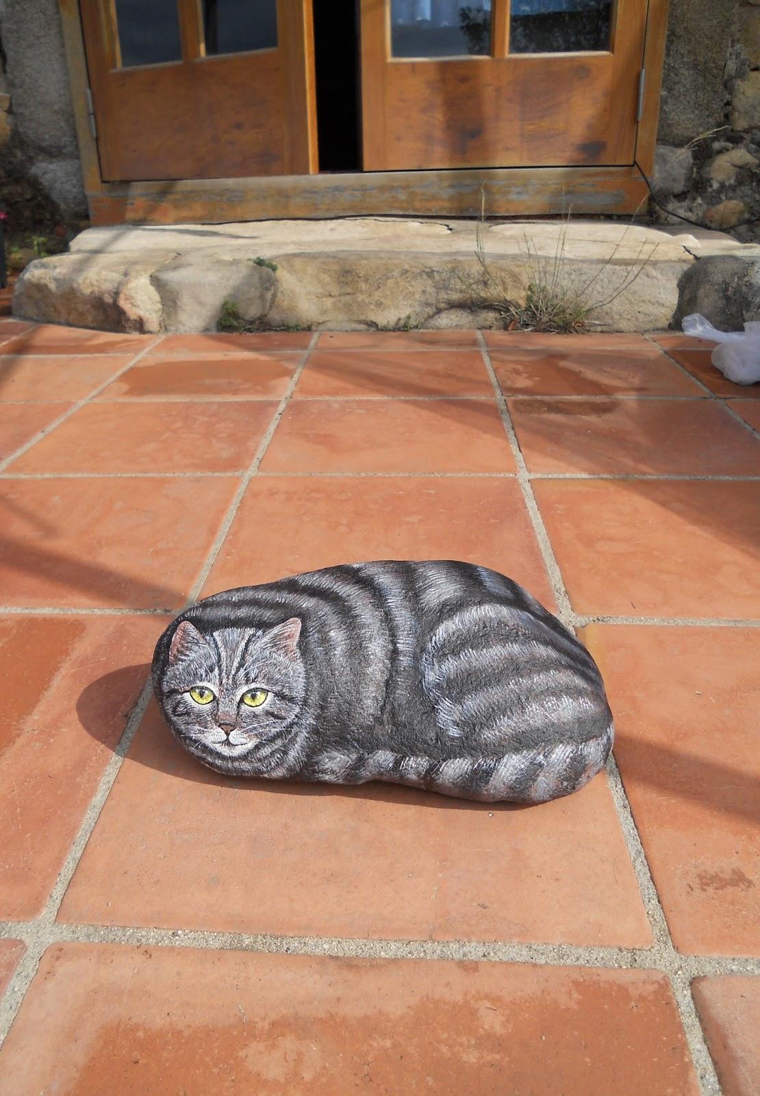 Piedras pintadas a mano piedras pintadas gato gris grande for Pintura gris piedra