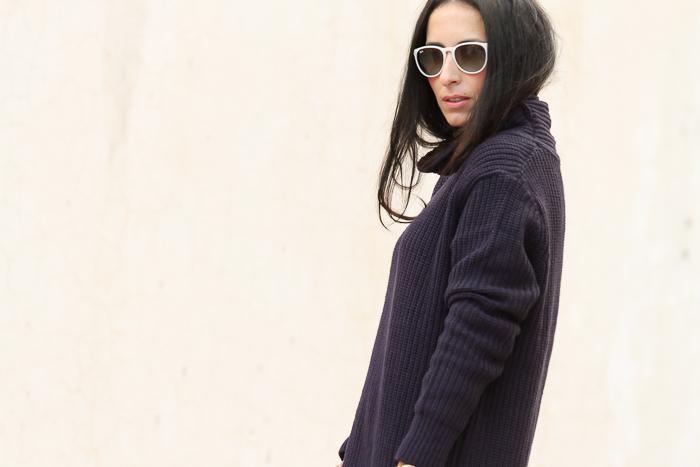 Blogger Valencia de moda combina sueter lana con pantalon flores