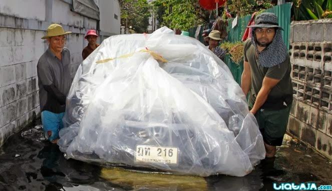 Kendaraan unik saat banjir | liataja.com