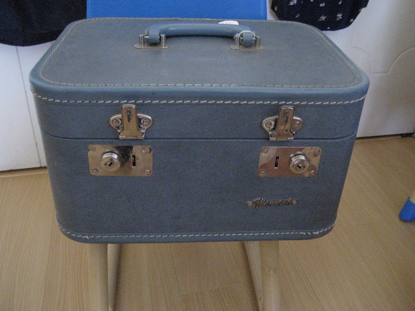 How To Reupholster A Vintage Suitcase To Use For Wedding