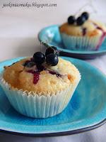 Muffinki z czarną porzeczką i białą czekoladą