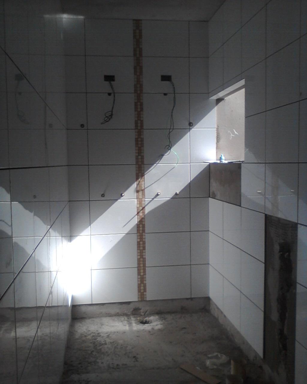 acabamento dos banheiros com pastilhas de porcelanato no banheiro  #5C666F 1024x1280 Banheiro Acabamento Pastilhas