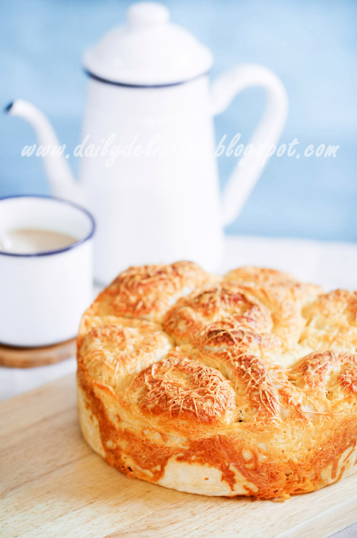 dailydelicious: Cheesy bread: Lovely golden bread