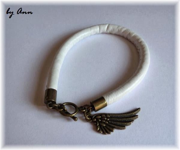 bransoletka biała rzemień szyty złota zawieszka skrzydło