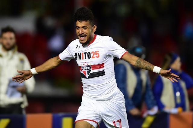 O atacante Rogério comemora o seu gol, que abriu caminho para a vitória tricolor no Morumbi (Foto: Djalma Vassão/Gazeta Press)