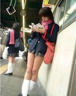 seragam sekolah dengan rok mini