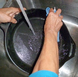 Cara menghilangkan kerak di wajan
