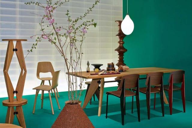 Jean Prouve Standard Stuhl und Tisch von VITRA auf der Mailänder Möbelmesse