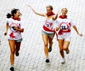 mujeres corriendo los encierros de san fermin