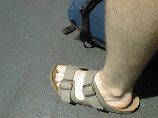 Homem de chinelo slide