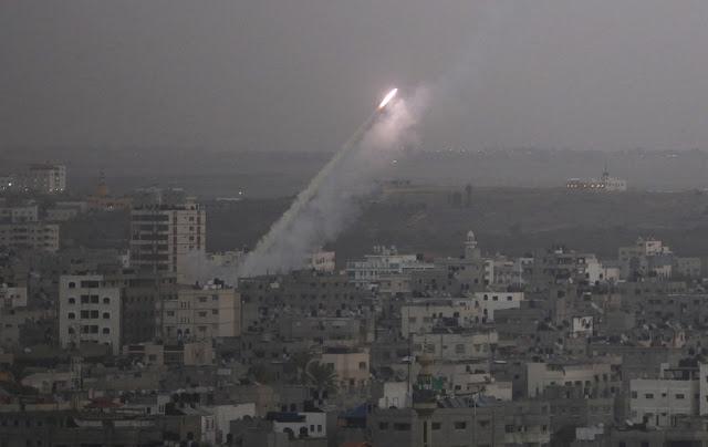 الحرب على غزة Gaza+Under+Fire+%2822%29