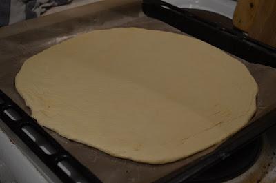 Пицца на вкуснейшем дрожжевом тесте, с салями и пармезаном
