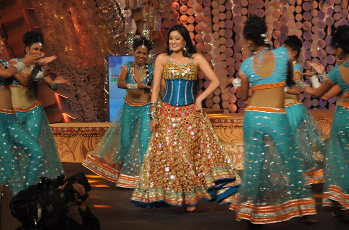 Shweta towari golden skirt  - (3) - Shweta Tiwari latest dance NDTV Greenthone 2012 HOT GOLDEN DRESS
