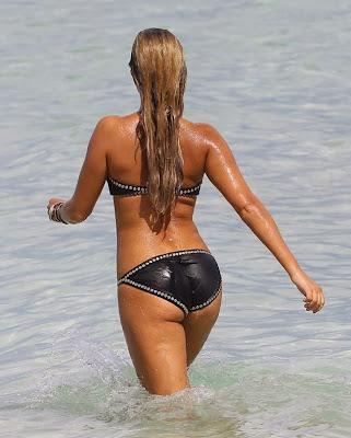 Sylvie is heel sexy in deze zwarte bikini