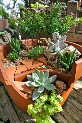 عمل تجميل للاواني المكسورة broken-pot-fairy-garden-17-267x400.jpg