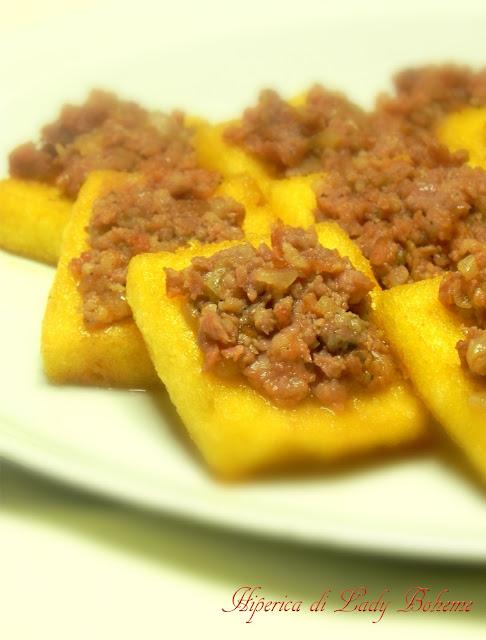 hiperica_lady_boheme_blog_cucina_ricette_gustose_facili_veloci_crostini_polenta_e_salsiccia