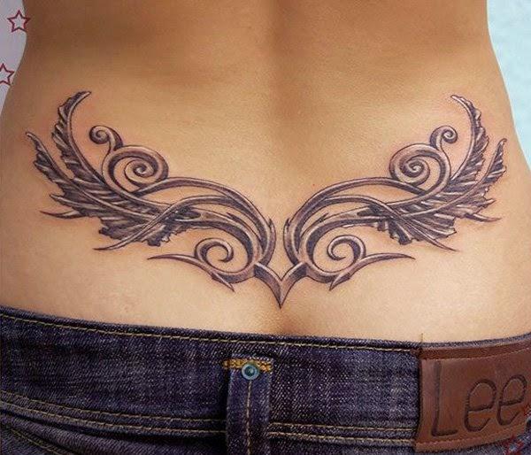 tatuaj en la espalda baja en mujer muy guapa que posa