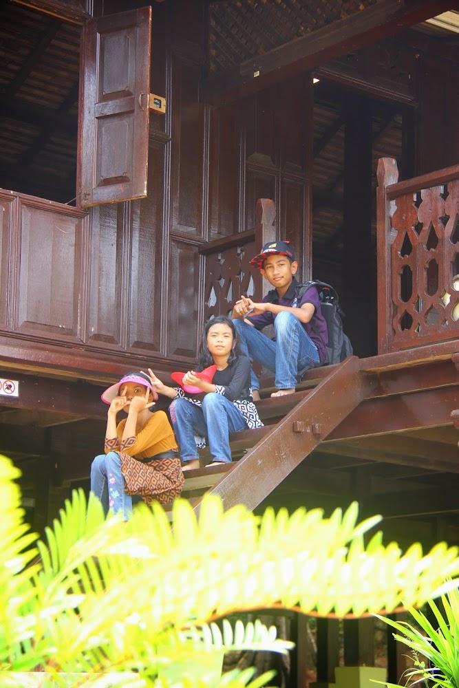 Di tangga Rumah Kelantan