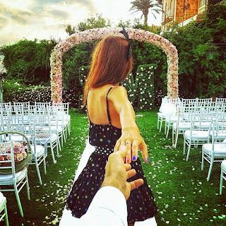 novia jalando al novio a su boda