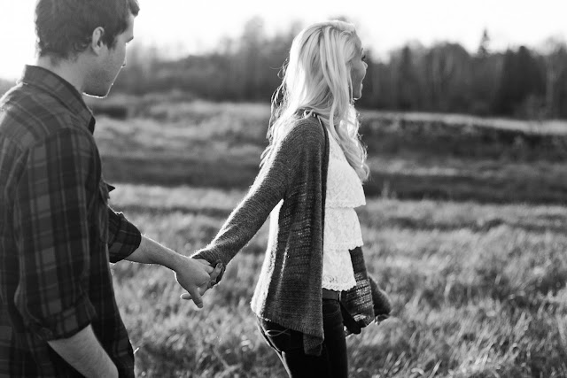 black and white of couple holding hands