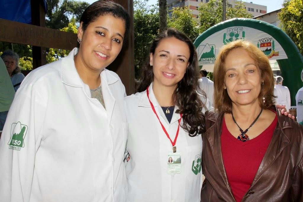 As enfermeiras Ariadne dos Santos e Janine Henriques, dos PSFs da Granja Guarani e Araras, e Vera Pacheco, responsável pela cogestão dos PSFs pela FESO: promoção da saúde em praça pública