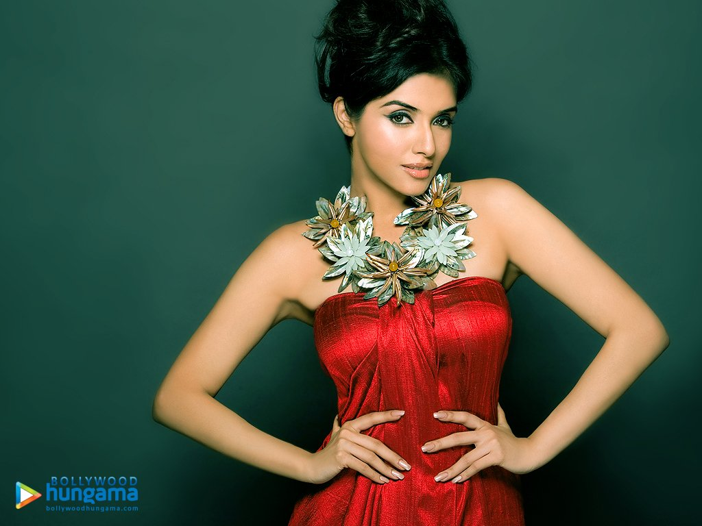 asin in nude pose