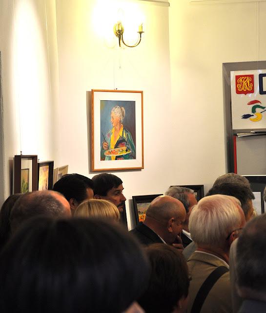 Końskie, 24 sierpnia 2013 - wystawa wspomnieniowa Aliny Sali. Ponad gośćmi wernisażu łagodnie górowała z autoportretu Alina Sala. Foto KW.