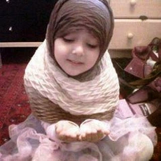 Foto gambar bayi muslim perempuan berjilbab