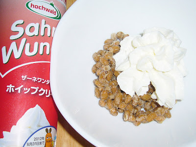 納豆にホイップクリームスプレー感覚