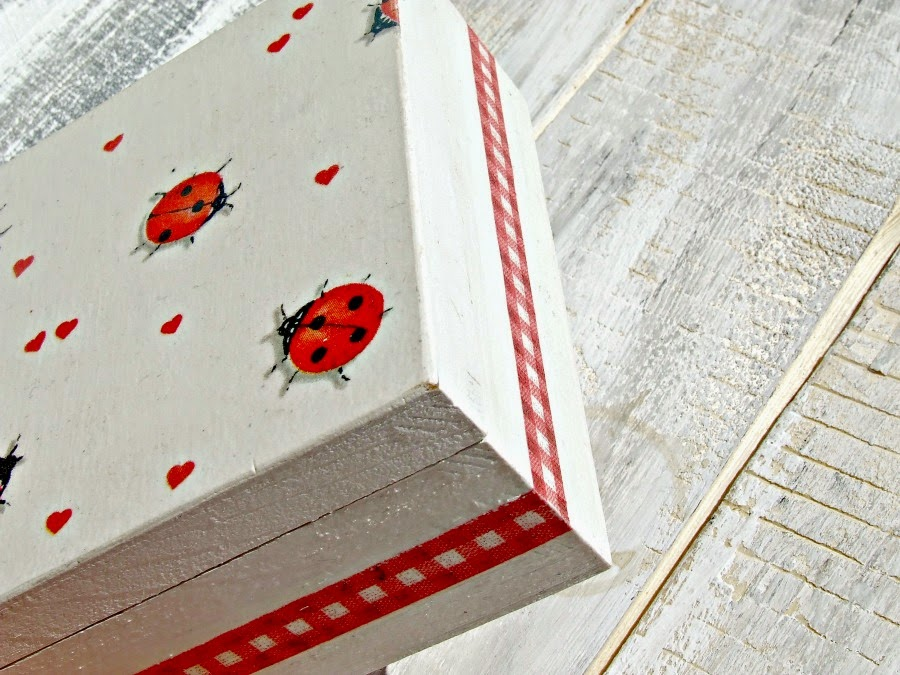 urocze pudełeczko decoupage z motywem biedronek, serduszek i kraty by Eco Manufaktura