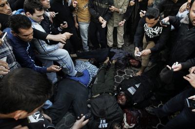 Gambar Mayat Agen Mossad Diseret Oleh Pemuda Gaza