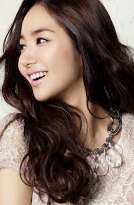 gaya rambut layer panjang bergelombang wanita asia_333369870