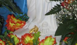 Inserite ai piedi della Madonnina le medagliette