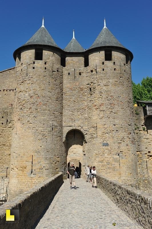 L'entrée du château comtal de Carcassonne vu du pont photo pascal blachier