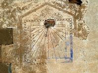 Detall del rellotge de sol de Can Genescà