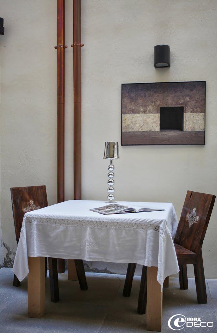 Peinture de Helmuth Guth, exposition jusqu'au 15 septembre 2011 à La Maison sur la Sorgue. Lampe en verre soufflé, boutique Retour de Voyage