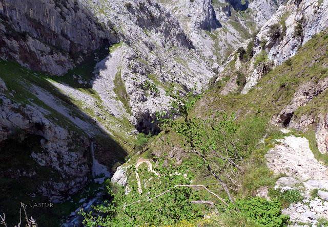 Subiendo el sendero por La Canal del Texu - Parque Nacional Picos de Europa