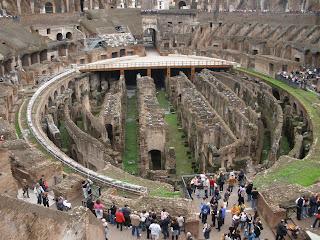Dentro del Coliseo, debajo de la arena se encontraban las dependencias de los gladiadores y dónde se guardaban las fieras.
