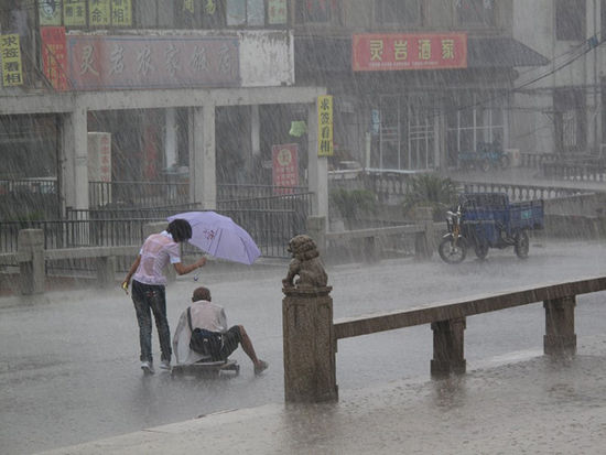 2 Foto Seorang Gadis Cina Yang Baik Hati