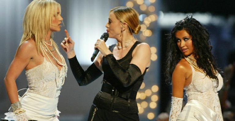 Britney Spears, Madonna e Christina Aguilera no palco do VMA 2003 (Foto: Getty Images)