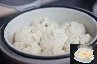 Để bánh bao vào khay hấp rồi cho vào nồi cơm điện