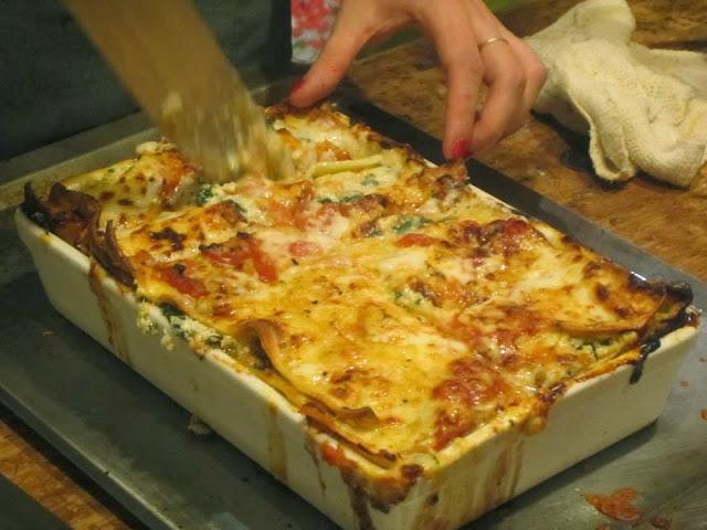 Lasagna de ricotta, espinaca y nuez con bechamel y tomate
