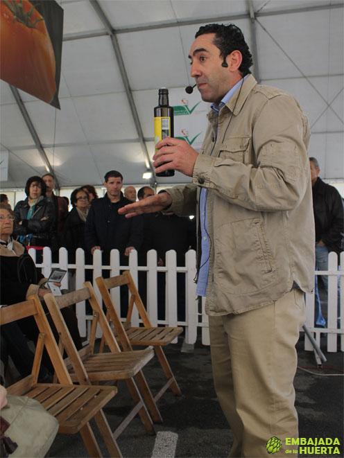 José Manuel Catalán de la Almazara Ecológica de la Rioja dirigiendo una cata de Aceites de La Rioja en las Jornadas Gastronómicas de la Verdura de Calahorra 2013