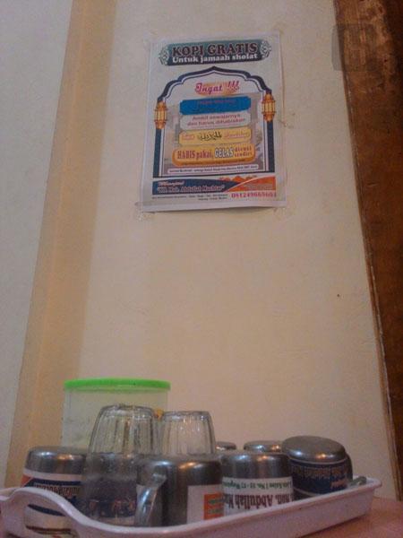 Kopi Gratis Bagi Yang Shalat Lima Waktu di Masjid Ini