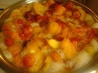 preparare compot de fructe, compot, compot fructe, compot de fructe, compot din fructe, compot pe timpul verii, compot vara, fructe, fructe proaspete, fructe coapte, fructe pentru compot, fructe de compot, retete cu fructe, preparate cu fructe, retete culinare, preparate culinare, retete cu caise, retete cu piersici, retete cu corcoduse,