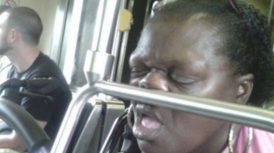 10 Foto Terkonyol Saat Orang Berada di Dalam Angkutan Umum