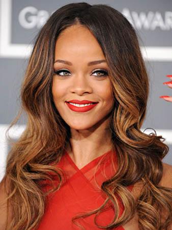 Rihanna karamel balyaj ve iri dalgalı saç modeli.