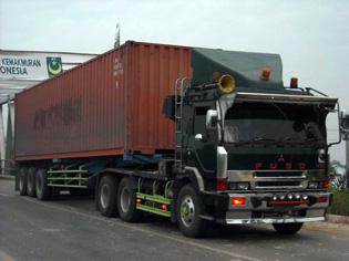 Foto Transportasi Truk Peti Kemas 1