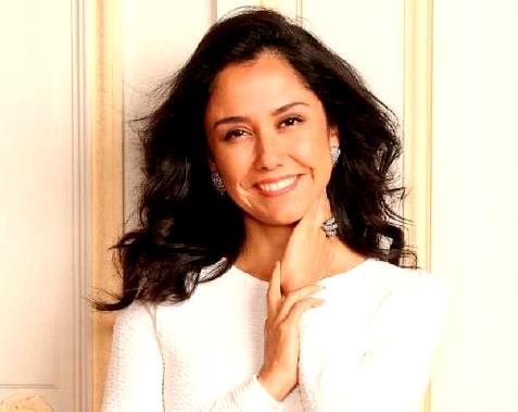Nadine Heredia con linda sonrisa en sesión de foto