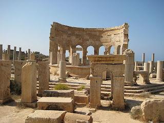reruntuhan tiang-tiang arsitektur Romawi di Kota kuno, Lepcis Magna (Libya).